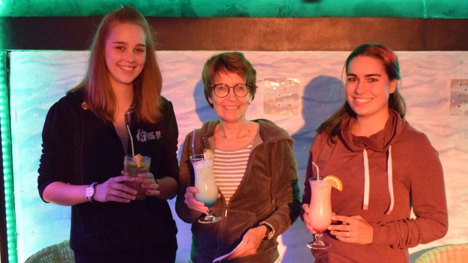 Praktikantin Meira Fohr, Stadtjugendpflegerin Birgit Hesse und die Helferin Martine Jansen servierten leckere Cocktails - selbstverständlich alkoholfrei!