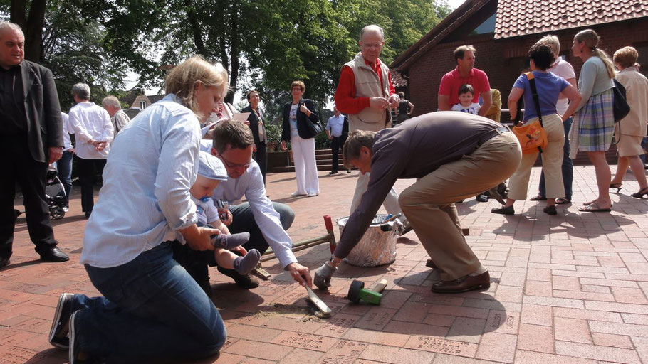 """Auf dem Kirchplatz werden wieder """"Lebende Steine"""" mit Widmungen von Freunden oder Verwandten verlegt."""