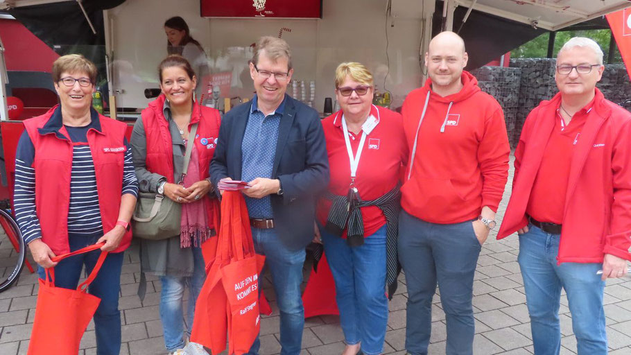 Der SPD-D Ralf Stegner inmitten roter Socken ... oh, sorry: roter Westen und Pullover: Elke Schreiber, Daniela Ziri,  Astrd Huemke, Julian Huemke und Dirk Rust (v.l.) unterstützten ihren Direktkandidaten