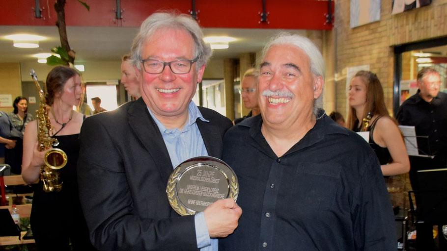 """Frank-Peter Könen, Leiter der Greenhorns, überreichte Jensen einen """"Ehrenteller"""" mit der Gravur: """"25 Jahre Musikalischer Dienst - Unserem lieben Lorenz die herzlichsten Glückwünsche - Deine Greenhorns"""""""