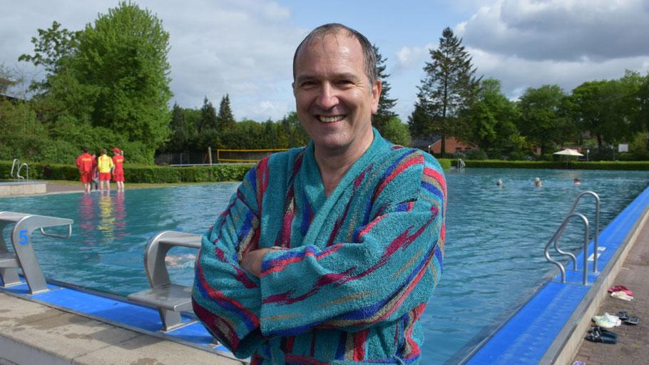Uwe Scharpenberg hat eine gute Nachricht für alle Badehungrigen: Das Quickborner Freibad bleibt länger geöffnet als geplant!