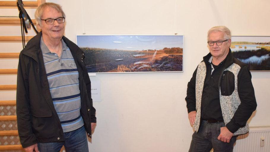 Jürgen Sohn, 1. Vorsitzender des TuS Holstein, freut sich über die neue Ausstellung mit Arbeiten des Quickborner Künstlers Hans-Werner Seyboth (r.)