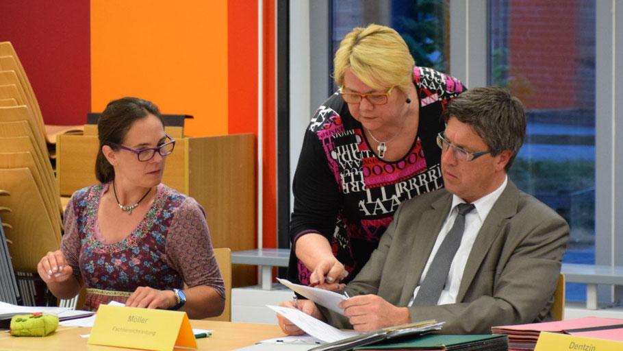 Bemühten sich um gemeinsame Lösungen: Ausschussvorsitzende Annabell Krämer, Astrid Huemke (SPD) und Amtsleiter Carsten Möller