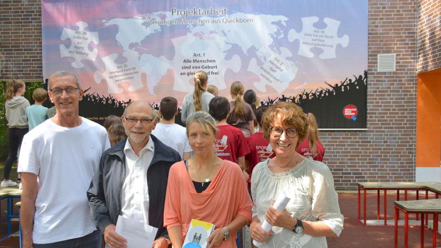 """Freuen sich über das neue Banner, das von den jungen Mitwirkenden in Augenschein genommen wurde: Projektleiter Torsten Rosek, """"die 2""""-Geschäftsführer Uwe Kanacher, Projektleiterin Kathrin Trappberger und Stadtjugendpflegerin Birgit Hesse (v.l)"""