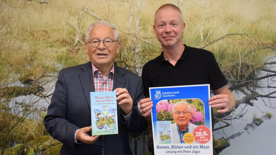 Autor Peter Jäger und Stadtbücherei-Leiter Klaus Fechner freuen sich auf die Lesung Jägers in der Stadtbücherei (v.l.)