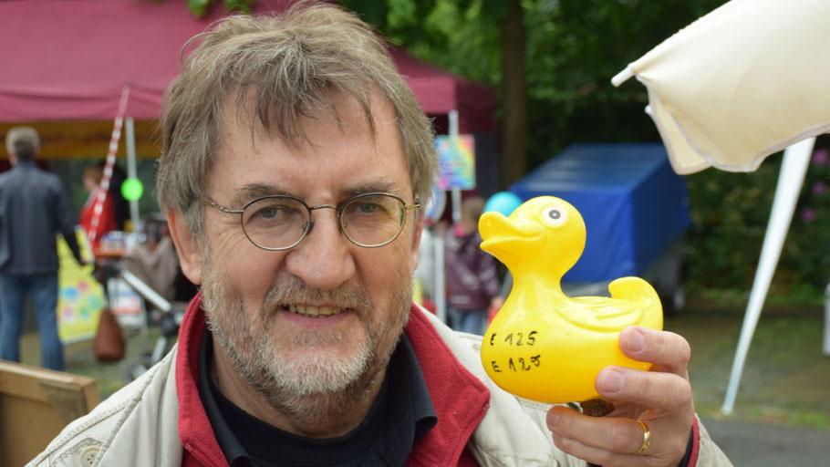 Karl-Heinz Marquardt verspricht viele Preise für das große Entenrennen des Eulenrings.