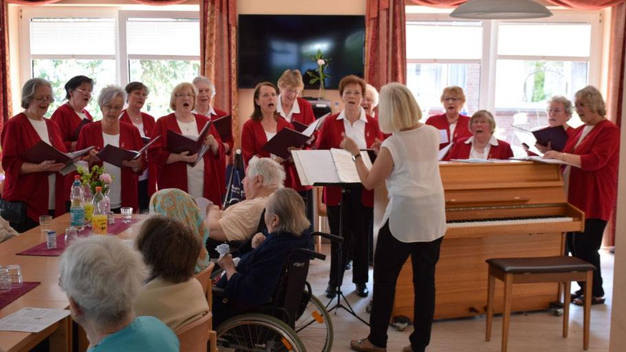 Ein schönes Bild: Der Frauenchor im Pflegeheim. Mit einem Klick auf das Bild rufen Sie ein Video auf.