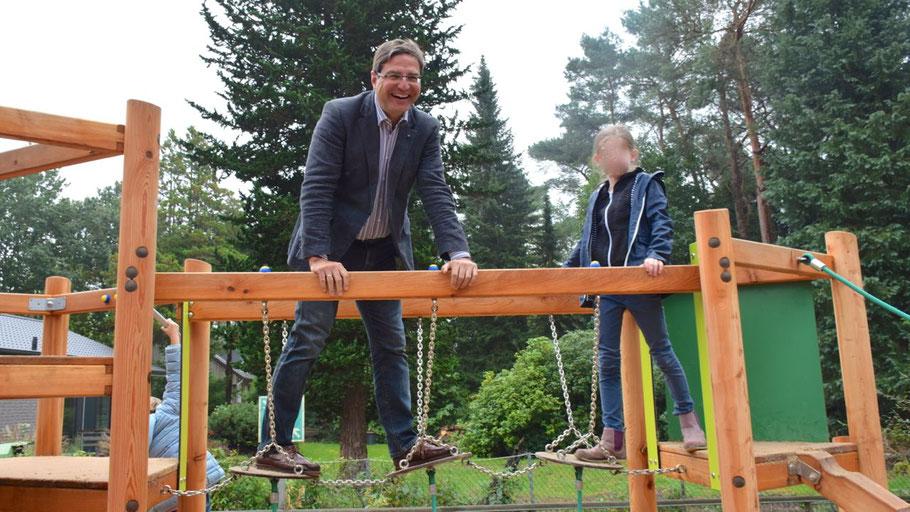 Bürgermeister Thomas Köppl testete persönlich die neue Spielstätte und begab sich auf unsicheres Terrain ...