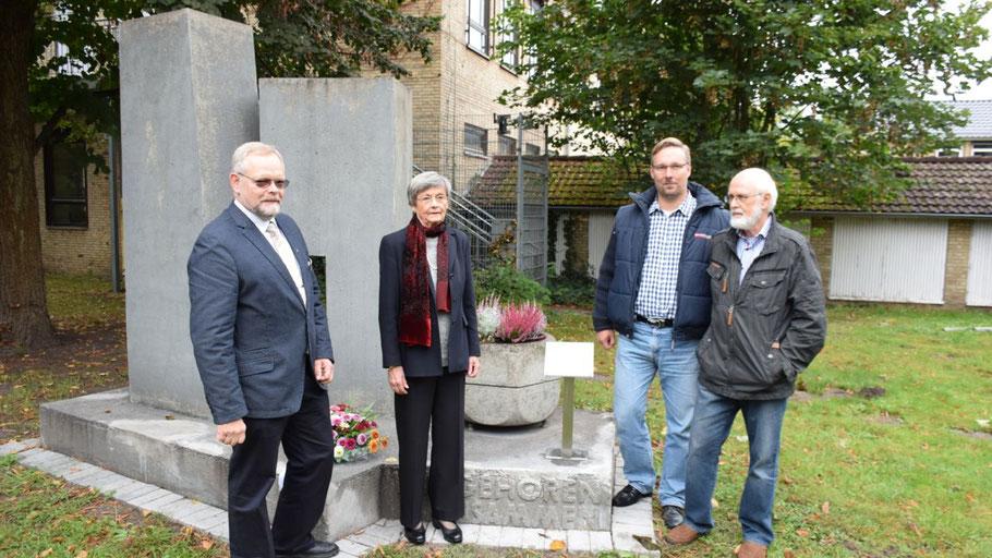 Bürgervorsteher Henning Meyn, Irene Lühdorff und die Vertreter der Familie Florian Koch und Hermann Kupfernagel