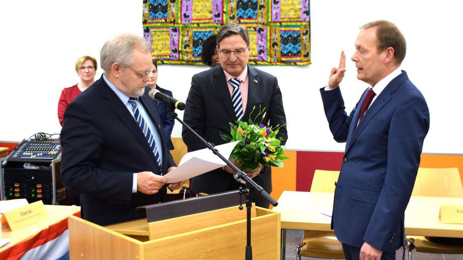 Bürgervorsteher Henning Meyn nahm in Anwesenheit von Bürgermeister Thomas Köppl Bernd Weiher den Eid ab