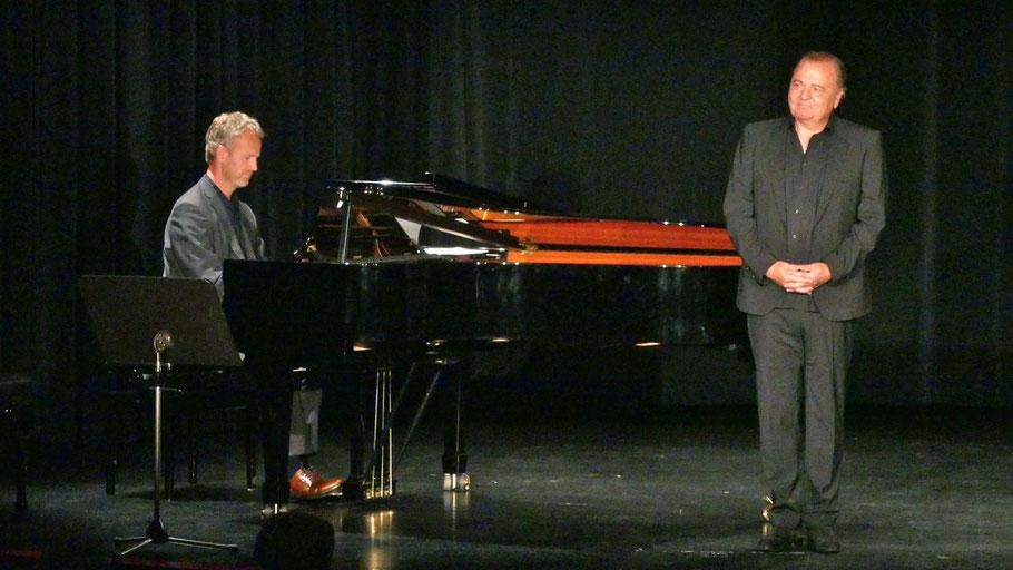 Kammersänger Peter Galliard und Pianist Jonas Dietrich gestalteten den musikalischen Teil des Richard-Tauber-Abends