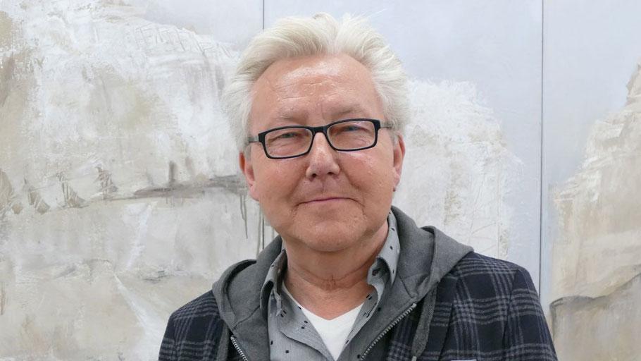 Kurator Wolf Eismann war aus Marne nach Quickborn gekommen, um die von ihm gemeinsam mit Edwin Zaft kuratierte Ausstellung persönlich vorzustellen