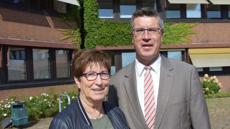 Elke Schreiber und Carsten Möller laden dazu ein, Anträge zur Förderung von älteren Mitbürgern an die Stiftung zur richten