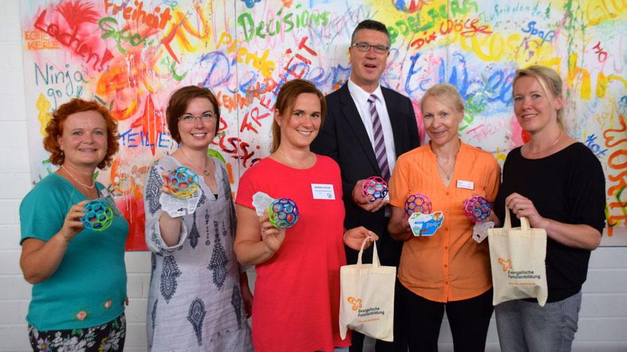 Als Willkommensgeschenk für die Teilnehmerinnen halten sie einen kleinen O-Ball bereit - die Organisatorinnen  Nicole Eickhoff, Hannah Gleisner, Annika Gesche, Dörte Lex und Daniela Twele (v.l.) sowie FB-Leiter Carsten Möller