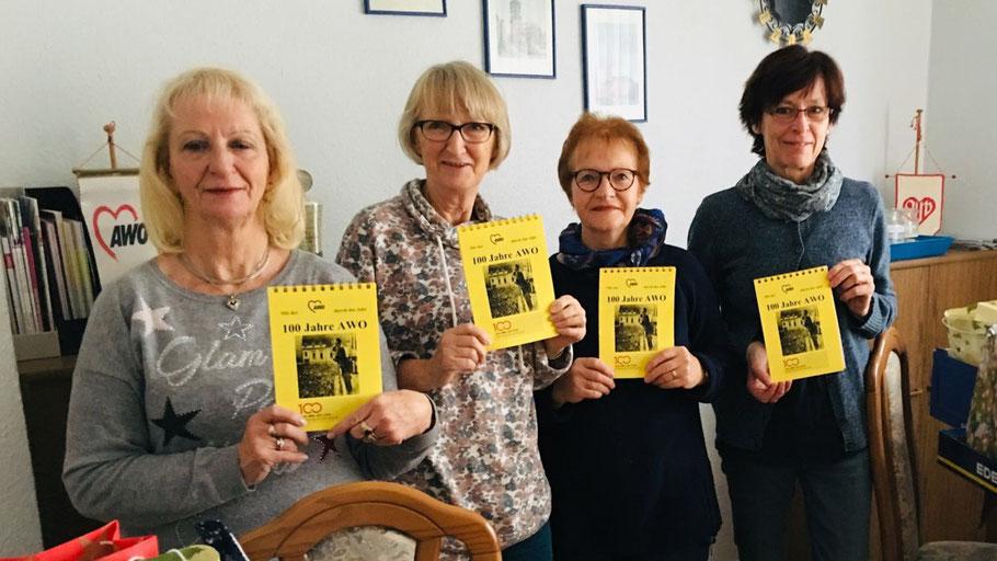 """Präsentieren den """"100 Jahre AWO-Kalender"""": Rosita Rieckhoff (Vorstandsmitglied), Monika Gumbrich (neue Helferin), Brigitte Westphal (Helferin) und Vorstandsmitglied Christa Wüstenberg (v.l.)"""