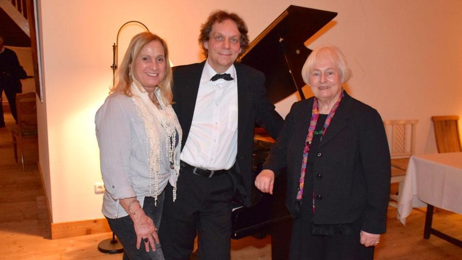 Gabriela Kascha (l.) und Margreth Cotterell freuten sich über den Erfolg des Pianisten Martin Seeck