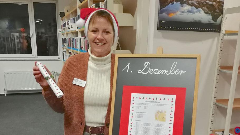 Büchereileiterin Kristina Preiß präsentiert den Adventskalender, der täglich neue kleine Überraschungen enthält. Foto: Stadtbücherei