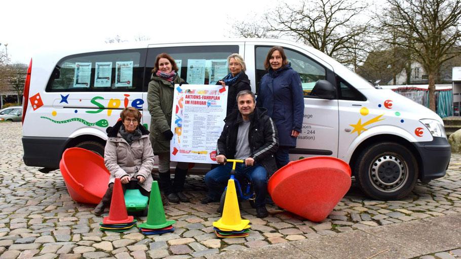 Stadtjugendpflegerin Birgit Hesse (l.) und ihr Team möchten auch 2019 mit dem Spielmobil Kinder zu Bewegung und Spiel animieren