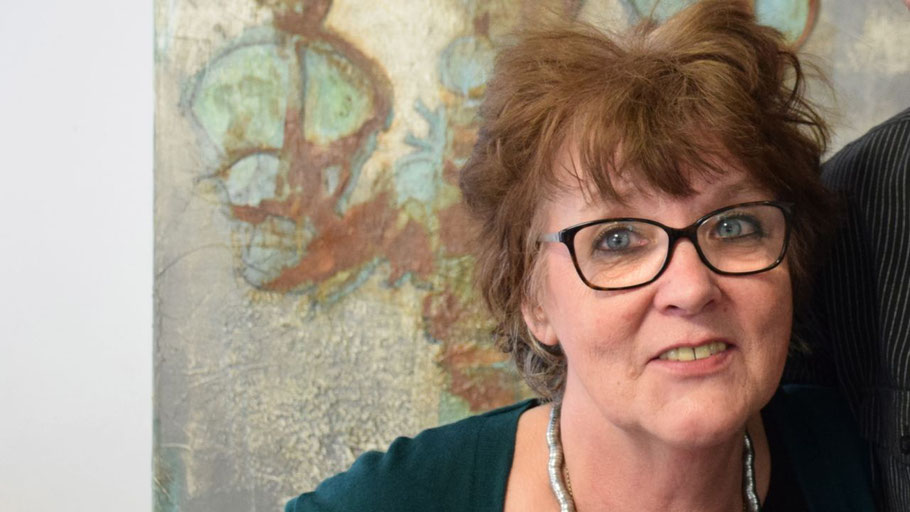 Die bekannte Quickborner Künstlerin Frauke Klinkforth leitet den VHS-Kurs.