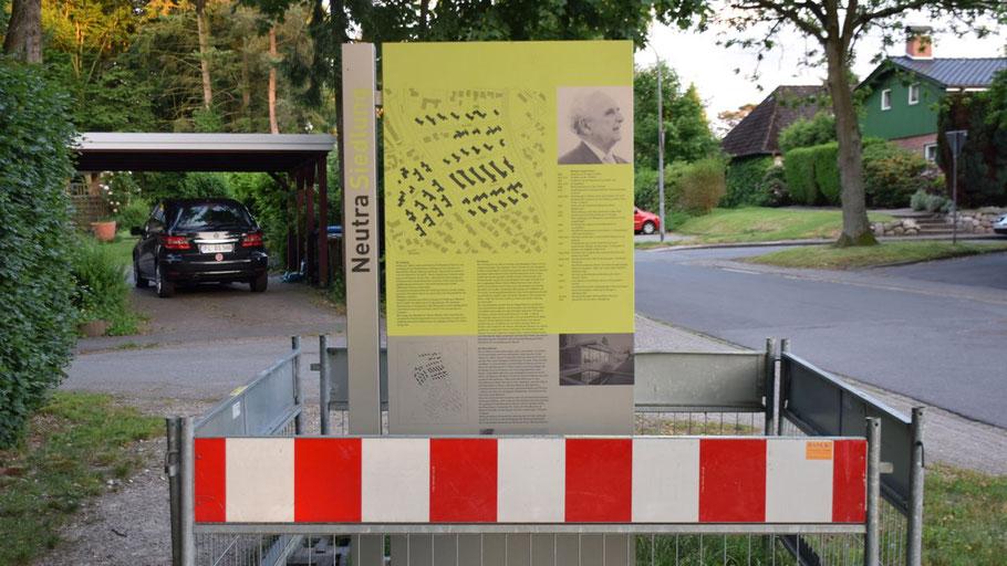 Noch umzäunt: Die neuen Info-Stelen zur Neutra-Siedlung.