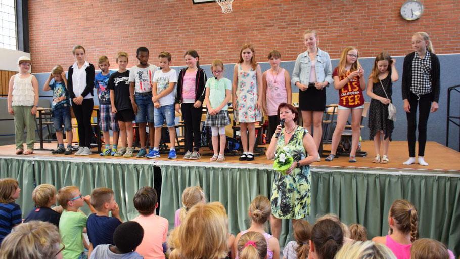 Schulleiterin Corinna Blödorn freute sich mit der Theater AG über den Erfolg der gesamten Veranstaltung und dankte allen Mitwirkenden.