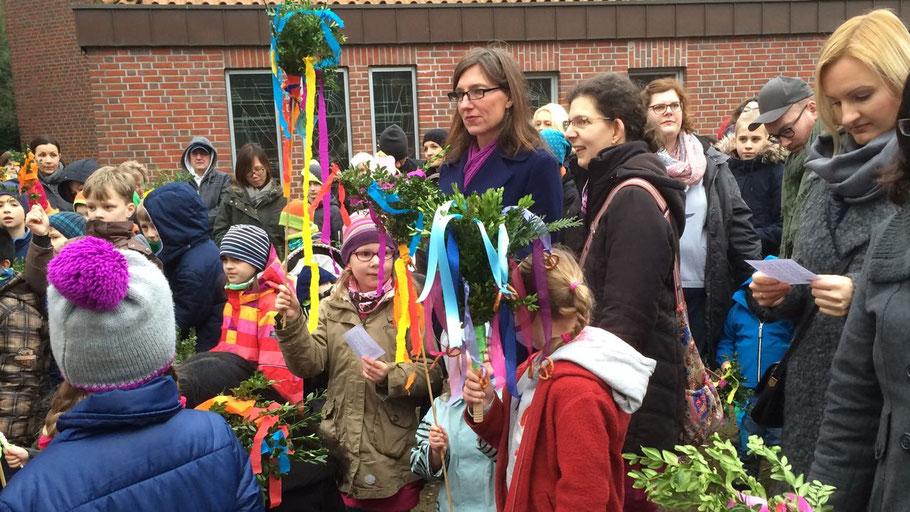Mit Palmwedeln mit bunten Bändern und einer Prozession der Kinder erinnern die katholichen Christen an den Einzug Christi in Jerusalem