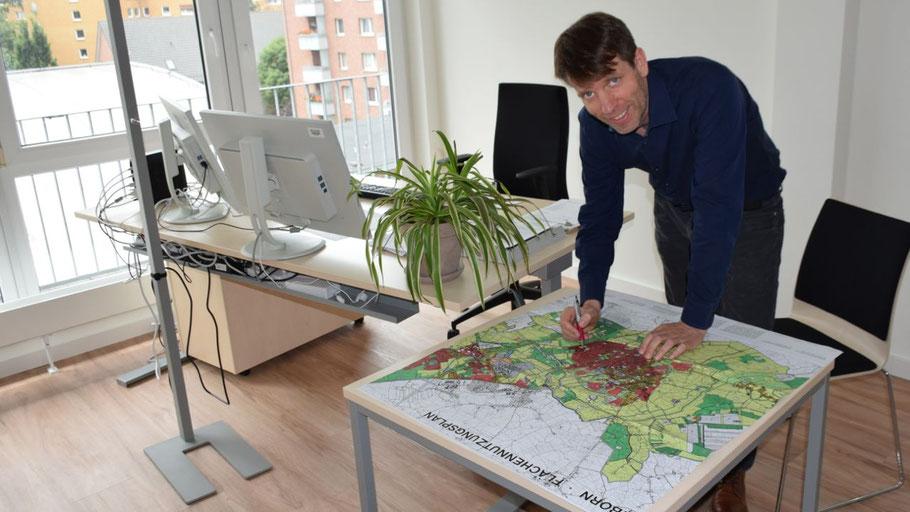 Hat die Stadt im Blick: Fachbereichsleiter Felix Thermann in seinem neuen Büro