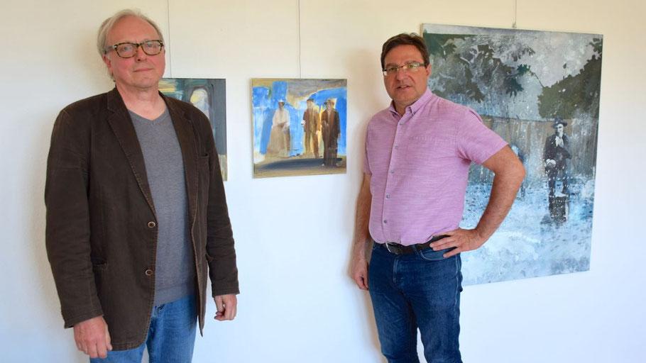 Bürgermeister Köppl (r.) freut sich über die neue Ausstellung in seinem Büro