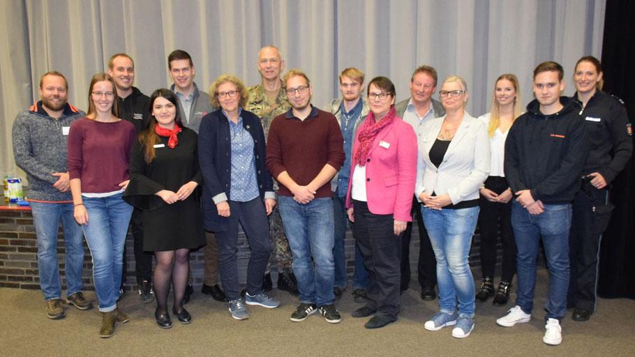 Zum Abschluss stellten sich Organisator Christian Gramann (ganz links) und die Vertreter der 14 beteiligten Unternehmen und Organisationen dem Fotografen