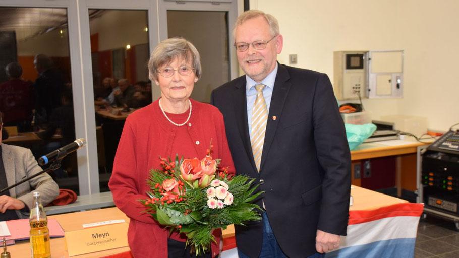 Bürgervorsteher Henning Meyn überreichte Irene Lühdorff Blumen