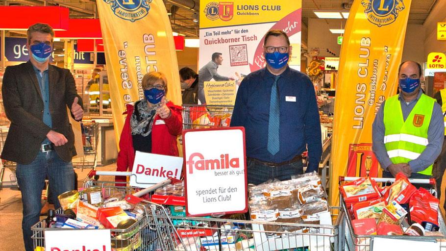 RH …332-1: Freuen sich über den großen Spenden-Erfolg: Diakonie-Chef Christian Rohde (1. v. l.), famila-Chef Detlev Bösener (3. v. l.) und LIONS-Präsident Patan Yusufi (ganz rechts im Bild).