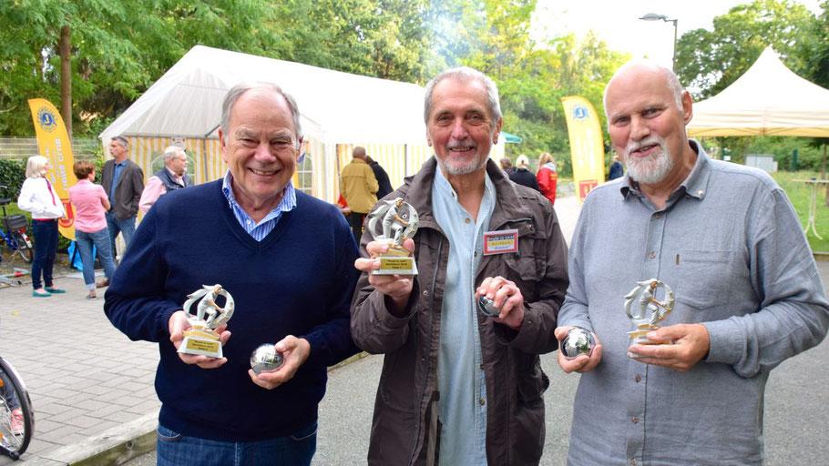 Freuten sich auf das Duell der Boule-Mannschaften: Mannschaftsführer Stefan Böhme (Lions), Schiedsrichter Heinrich F. Kuth und  Thomas Dänecke (Senioren-Union)