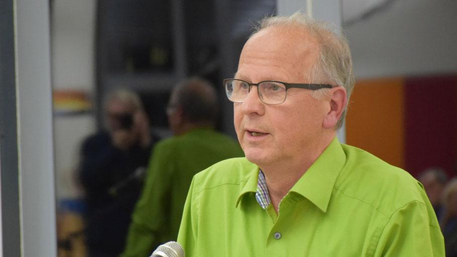 Das Outfit ist Programm: Alfred Haack (Bündnis 90/Grüne) erläuterte als Vorsitzender des Ausschusses für Kommunale Dienstleistungen die Beschlussvorlage.