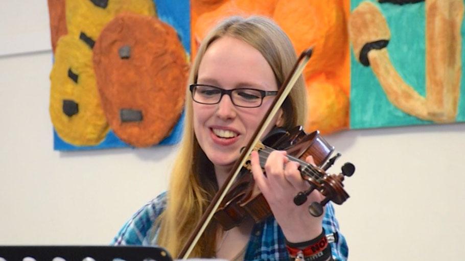 Preisträgerin Jil Henne ist eine der jungen Künstlerinnen beim Konzert der Musikschule.