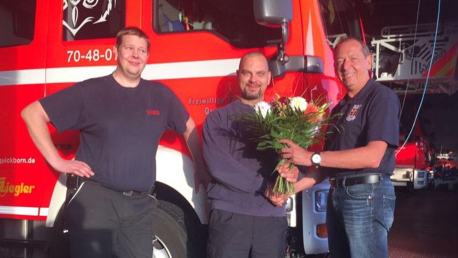 Wehrführer Wido Schön (rechts) gratuliert Daniel Hafemann zum Arbeitsstart in der Wache, Tim Readwin (links) freut sich auf den neuen Kollegen.