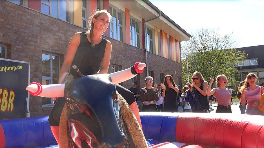 """Unter dem Jubel von Schülerinnen trauten sich auch Lehrerinnen ans """"Bull-Riding"""""""