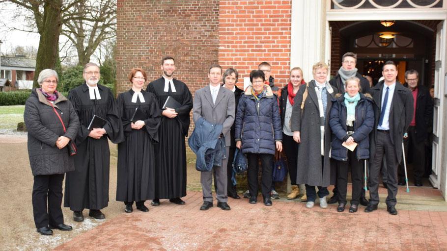 Nach der feierlichen Zeremonie stellten sich die neuen Mitglieder des Kirchengemeinderates dem Fotografen