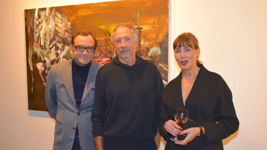 Rudi Kargus (Mitte) freute sich mit den Galeristen Thomas Holthoff und Katharina Mokross über den Erfolg seiner Vernissage.