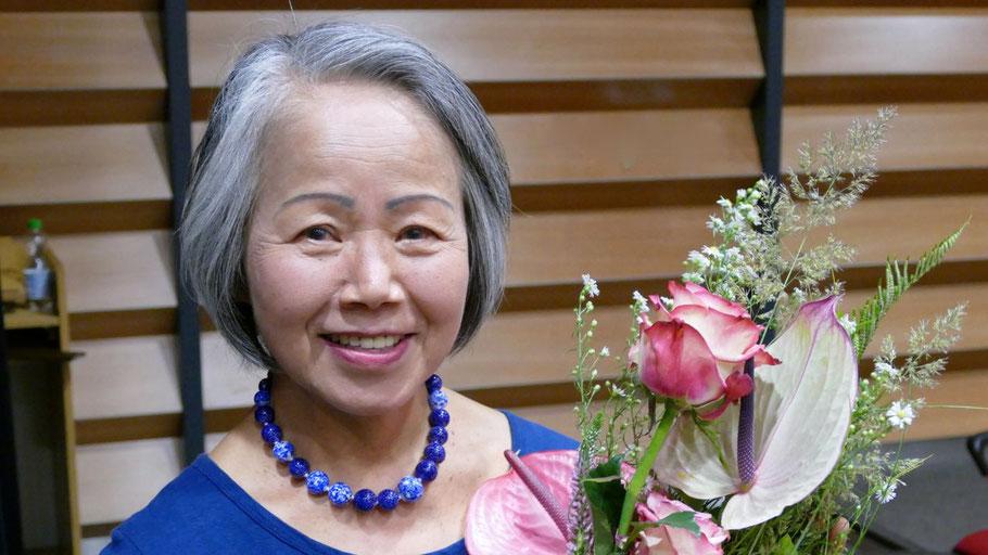 Einen Blumenstrauß im japanischen Stil für die beliebte Pädagogin Noriko Ogura