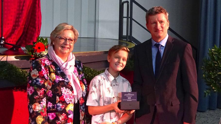 Carola Markwa überreichte Preisträger Jarik Foth und Schulleiter Dr. Manfred Brandt den Wanderpokal