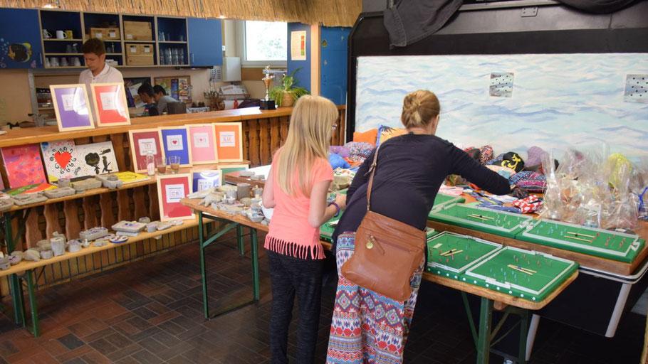 Eine Fülle kreativer Arbeiten der jungen Künstlerinnen und Künstler wurde zum Abschluss der Kreativwoche ausgestellt.