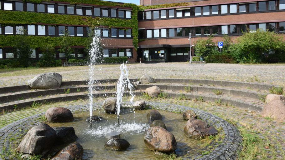 Da sprudelte er noch: Der Brunnen vor dem Rathaus bleibt vorläufig stillgelegt.