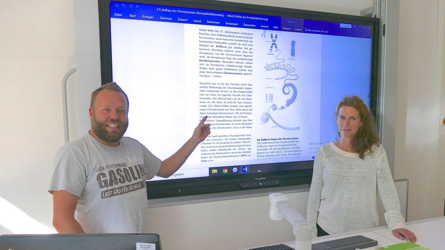 Freuen sich über die neuen interaktiven Boards für die Comenius-Schule: Rektorin Dr. Susanne von Glasenapp und Koordinator Christian Gramann