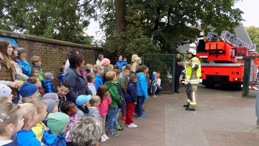 Aufmerksam lauschten die Kinder der Tagesstätte den Ausführungen des Einsatzleiters.