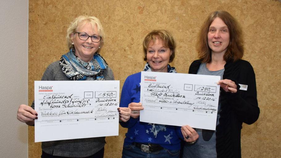 Einen symbolischen Scheck überreichten die Organisatorinnen Brigitte Krogmann und Hanne Weber an Rathaus-Mitarbeiterin Nicole Münster (v.l.)