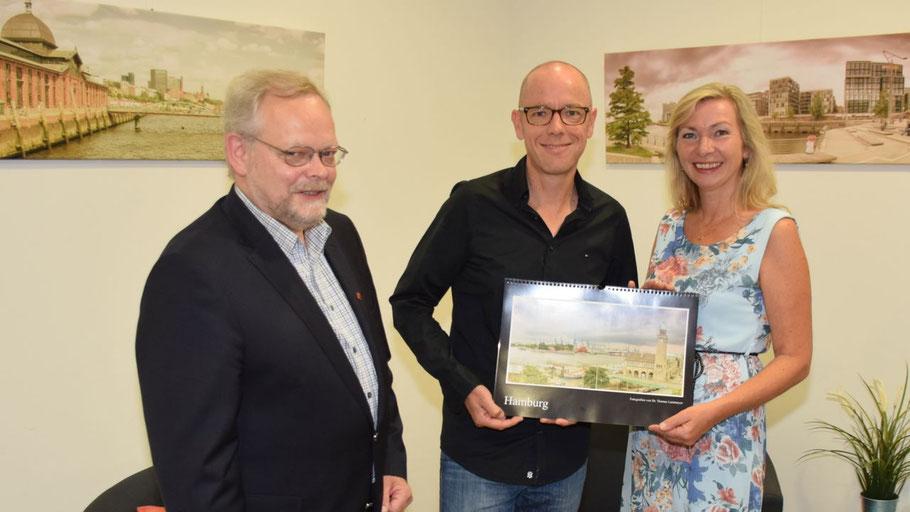 VHS-Leiterin Anette Ehrenstein konnte zur Vernissage mit Fotokünstler Dr. Thomas Lammeyer auch Bürgervorsteher Henning Meyn begrüßen