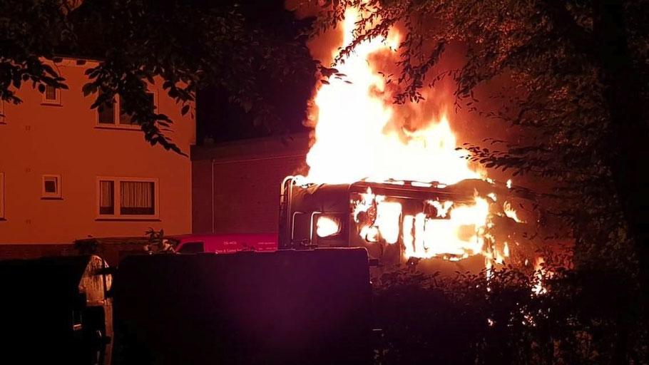 Lichterloh brannte das Wohnmobil in der Bahnhofstraße