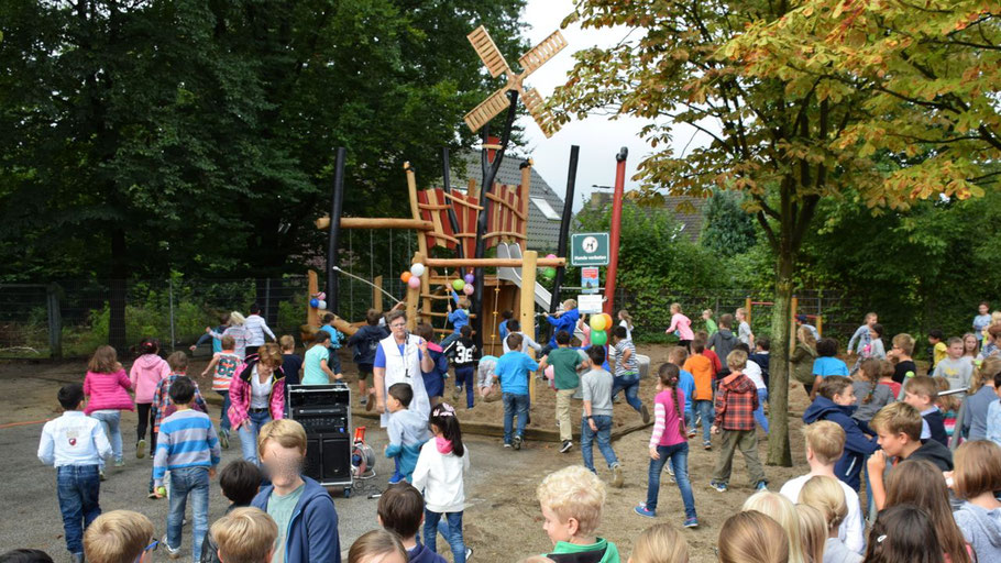 Auf los ging´s los: Nachdem Rektorin Schmidt-Lewerkühne die Freigabe erteilt hatte, stürmten die Kinder das neue Spielgerät.
