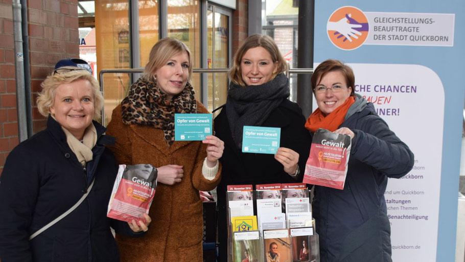 Machten auf die Hilfsangebote aufmerksam: Nicole Eickhoff (DRK-Familenzentrum), die Rechtsmedizinerinnen Dr. Daniela Fröb und Antonia Fitzek sowie Quickborns Gleichstellungsbeauftragte Hannah Gleisner (v.l.n.r)