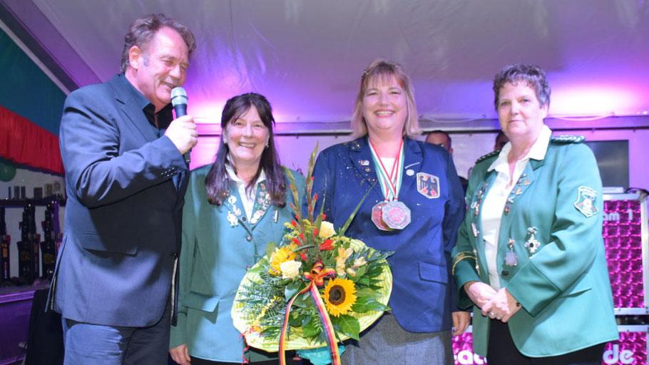 Sie ehrten die Weltmeisterin: Christoph Meier-Siem, Schützenmeisterin Birgit Brun, Siegerin Angelika Nolte und Romy Spethmann (v.l.)